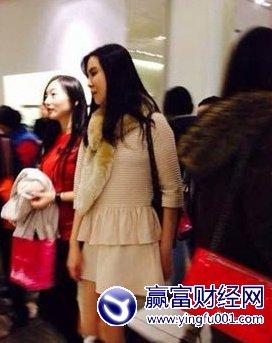 王祖贤再被拍素颜照片穿靴露腿让粉丝欢心