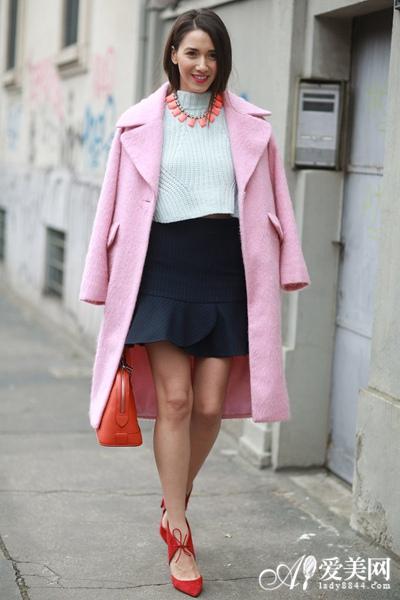 长款外套+短裙 秀出美腿凹造型