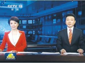 《新闻联播》男右女左:女方矮坐在台标下