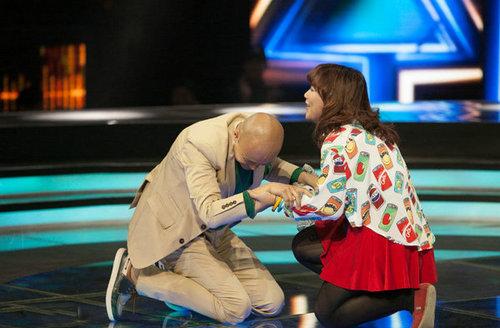乐嘉节目现场感动下跪拒绝女选手深情表白