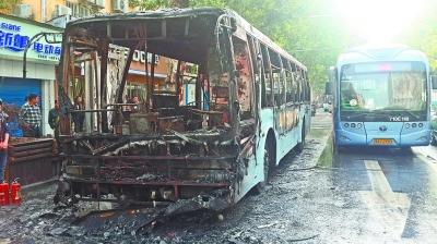 武汉闹市公交车自燃烧成空壳 女司机沉着疏散全部乘客