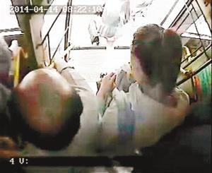年轻女子公交上主动贴身男乘客 5天偷近万元
