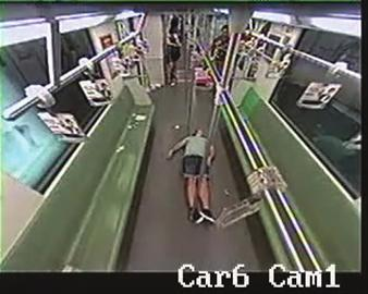 上海:老外在地铁上晕倒 车厢乘客10秒内跑光