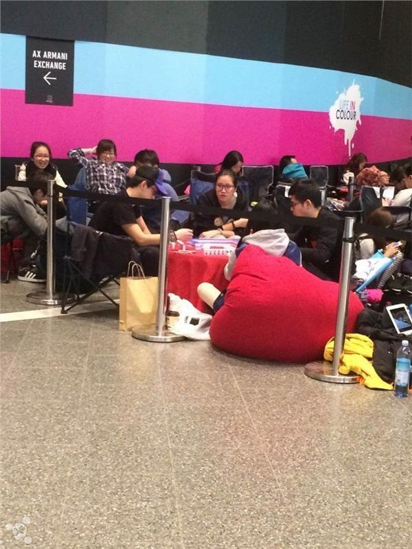 在澳华人边打麻将边排队买iPhone6