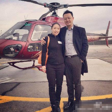 郭涛夫妻美国游玩 石头妈亲自驾驶直升飞机