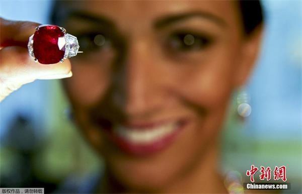 25克拉红宝石3000万美元成交 创世界纪录