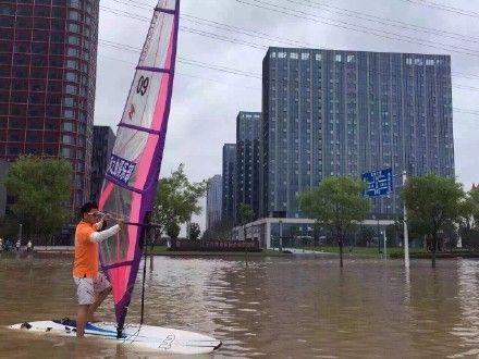 南京暴雨街头被淹 男子当街玩帆板